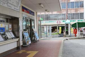 出了高田市站的检票口后,朝着左手侧步行,一直走到一条人行道。