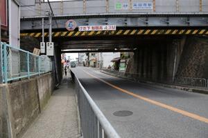 上了人行道后,穿过左手侧的高架桥下,然后继续走100米左右。