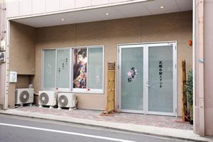 """过了人行横道后,能看到一家叫做""""韩日亭""""的餐饮店,旁边就是本店""""大和樱""""。"""