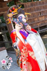 龍王宮で猫面を持って顔を隠す本格古典風花魁