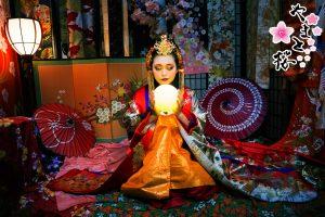 手に月型の小道具を持つ幻想的な大和女帝