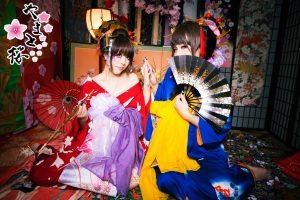 赤い着物の女性と一緒に花魁体験をする青い着物を着た男性のお客様