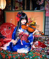 ギターを持って微笑む子供花魁