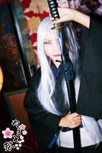 日本刀で片目を隠す白眼白髪の男装スタイル