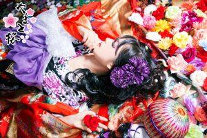 仰向けに寝転びながら左手に薔薇を持つ現代風花魁