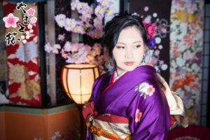 紫の振袖を着た新成人の女性