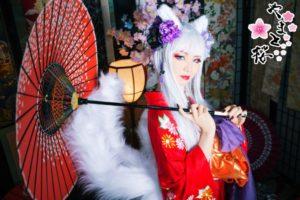 和傘を持つ銀髪の九尾の狐