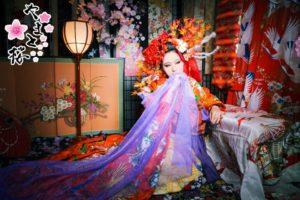 紫の布で口元を隠す秋花魁