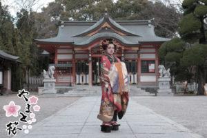 龍王宮の前で佇む古典風花魁